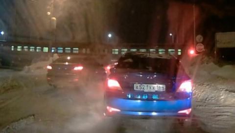 Грузовой поезд снес машину на железнодорожном переезде