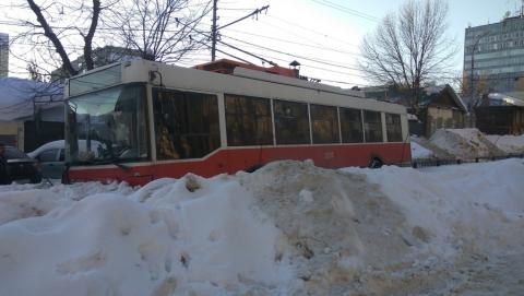 Троллейбус снес ограду на бульваре