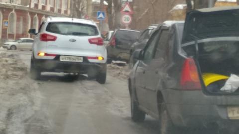 """""""Киа"""" и """"Рено"""" заблокировали улицу"""
