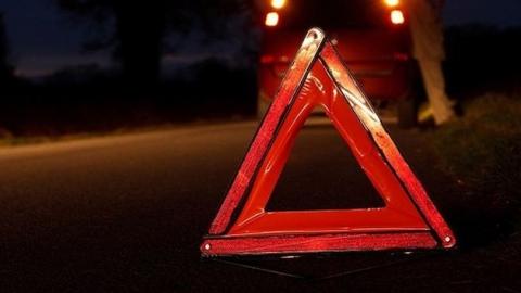 Водитель врезался на трассе в стоявший грузовик