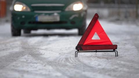 В аварии с выездом на встречную полосу пострадали оба водителя