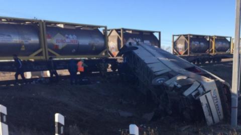 Пять человек погибли в аварии автобуса с поездом