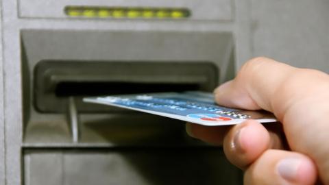 Две 17-летние девушки отоварились сладостями по краденой банковской карте
