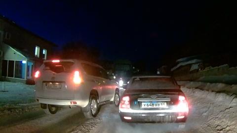 Автохам на внедорожнике с ульяновскими номерами выехал на встречную полосу, чтобы объехать пробку