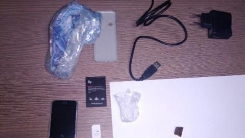 Бывший «зек» перекинул в колонию телефон и наркотики