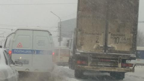 Снегоуборочный трамвай застрял в сугробах