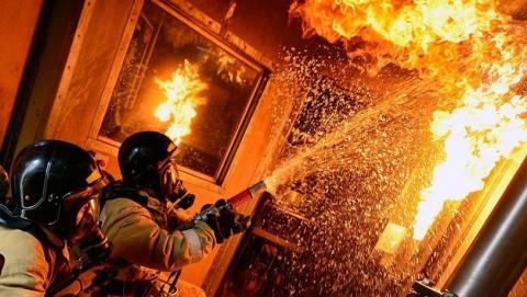 Трех детей и шестерых взрослых вывели из горящего дома