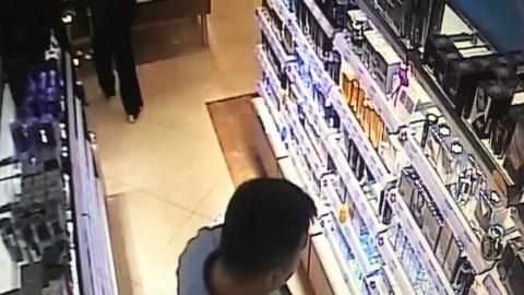 18-летнего студента подозревают в краже женского парфюмерного набора