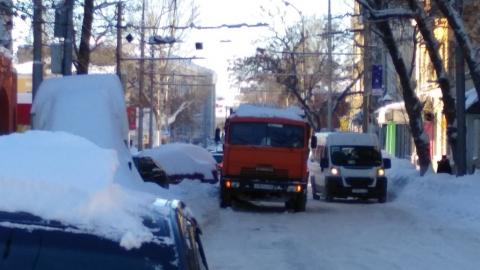 Сломавшийся КамАЗ перегородил улицу Чернышевского