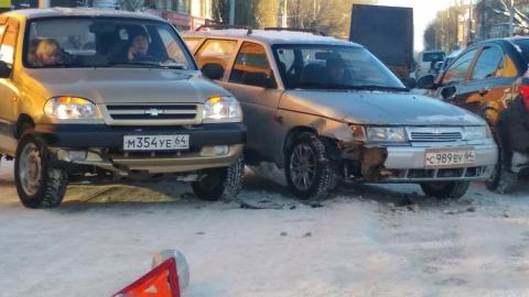 "Напротив СИЗО-1 столкнувшиеся ""Лада"" и ""Шеви Нива"" полностью перегородили дорогу"