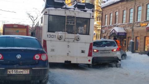 Троллейбус вытолкнул две иномарки на тротуар