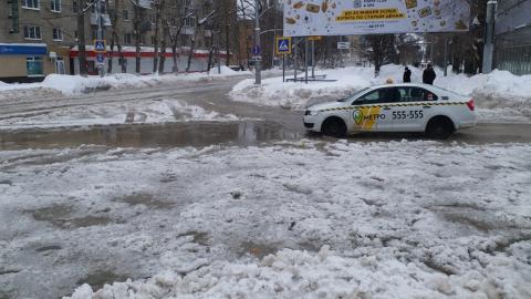 Возле Ильинской площади холодная вода заливает улицы