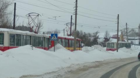 Снегоуборочный трамвай застрял на Плодородной