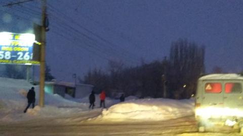 Саратовцы добираются на работу пешком по трамвайным рельсам