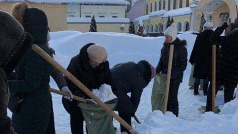 Михаил Исаев прокомментировал фото учителей, убирающих снег
