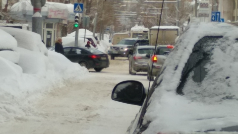 Столкнувшийся с троллейбусом КамАЗ заблокировал улицу Мичурина