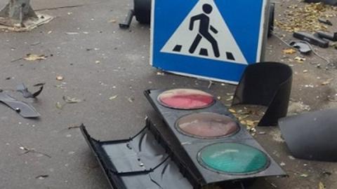 Большегруз после столкновения на перекрестке снес светофор