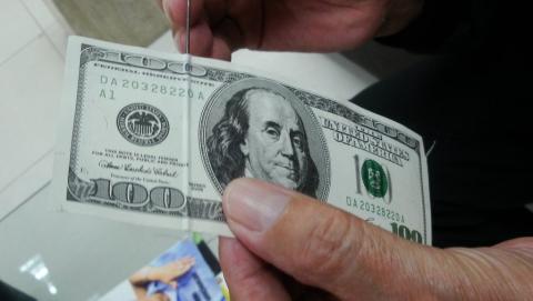 Саратовчанке на свадьбу подарили фальшивые 100 долларов