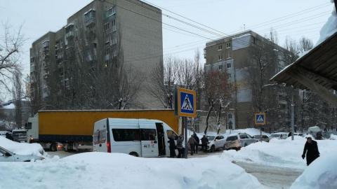 Застрявшая на узком перекрестке фура заблокировала две улицы