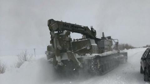 Армейские тягачи присоединились к разгребанию снега