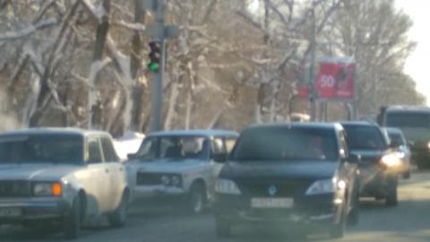 Сегодня десятибалльные пробки в Саратове устроили застрявшие фуры и небрежные водители