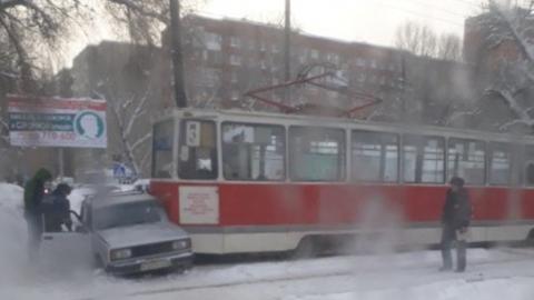 """Трамвай протаранил выехавшую на рельсы """"пятерку"""""""