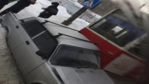 Годовалый ребенок и женщина ранены в столкновении трамвая и «пятерки»