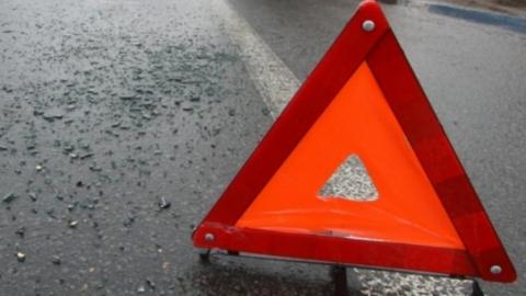 Уходя от аварии, водитель КамАЗа снес две припаркованные иномарки
