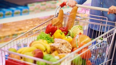 У пожилой женщины в магазине из корзины с продуктами вытащили кошелек