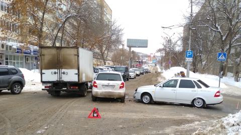 """""""Шкода"""" и """"Лада"""" перекрыли улицу Чернышевского"""