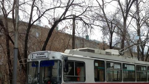 Троллейбус забуксовал на улице Рахова