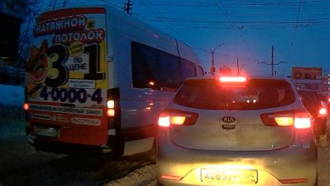 Микроавтобус объехал пробку по встречной полосе