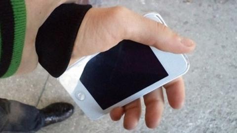 Юношу, взявшего айфон у знакомой для вызова такси, задержали