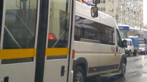Водитель маршрутки демонстративно перекрыл дорогу перед автобусом