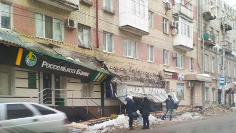 Рухнувшая с крыши дома сосулька повредила две вывески