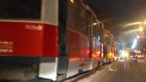 Трамваи 8-го маршрута встали из-за автобуса на рельсах