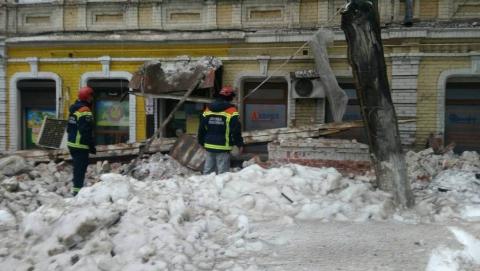 """Возле рухнувшего """"дома Деникина"""" работают спасатели, врачи и газовики"""