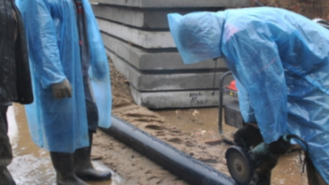Энергетики ремонтируют теплотрассу возле Крытого рынка