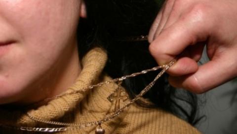Грабитель обхватил шею женщины и сорвал две золотые цепочки