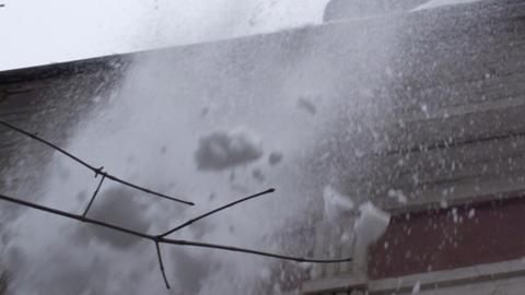Промышленный альпинист снял на видео заснеженную крышу саратовского дома