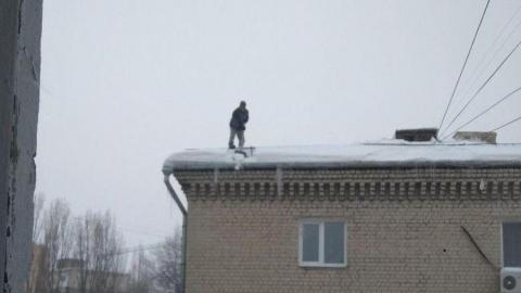 Мужчина без страховки чистил крышу многоэтажки