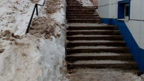 Сброшенным со ступенек снегом завалили пандус у дома в Юбилейном