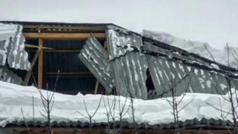 Под завалами снега снова обрушилась крыша детсада