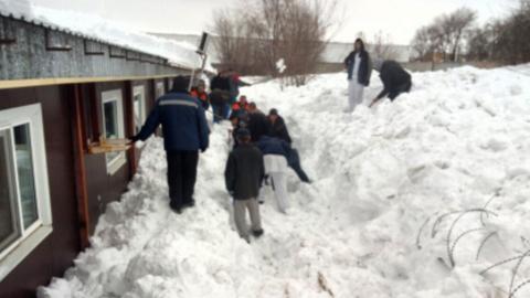Мужчина погиб, когда чистил крышу от снега