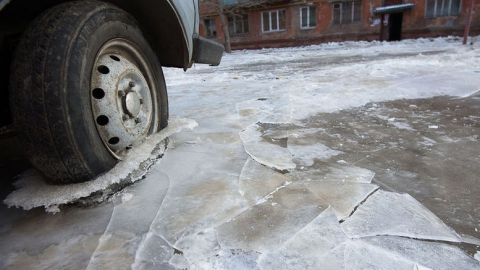 Канализация затопила дорогу у здания ГУ МВД