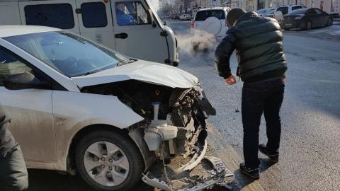 В центре Саратова иномарку смяло при столкновении с автобусом