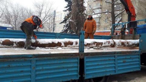 Крупная авария на улице Одесской. Рабочие вырезали поврежденный участок водовода