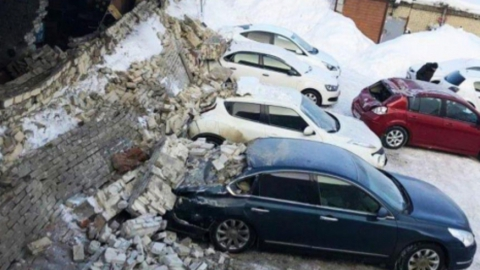 Стену, обломки которой повредили пять машин, снесут