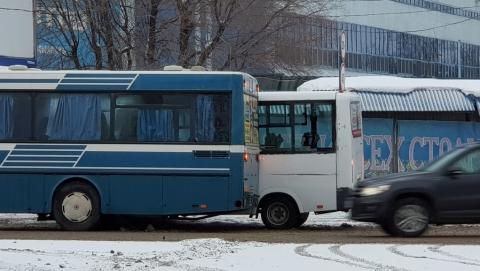 Автобус столкнулся с маршруткой и перекрыл путь троллейбусам