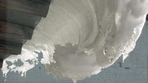 Глыба льда убила пожилого мужчину во время разговора с соседями у его дома